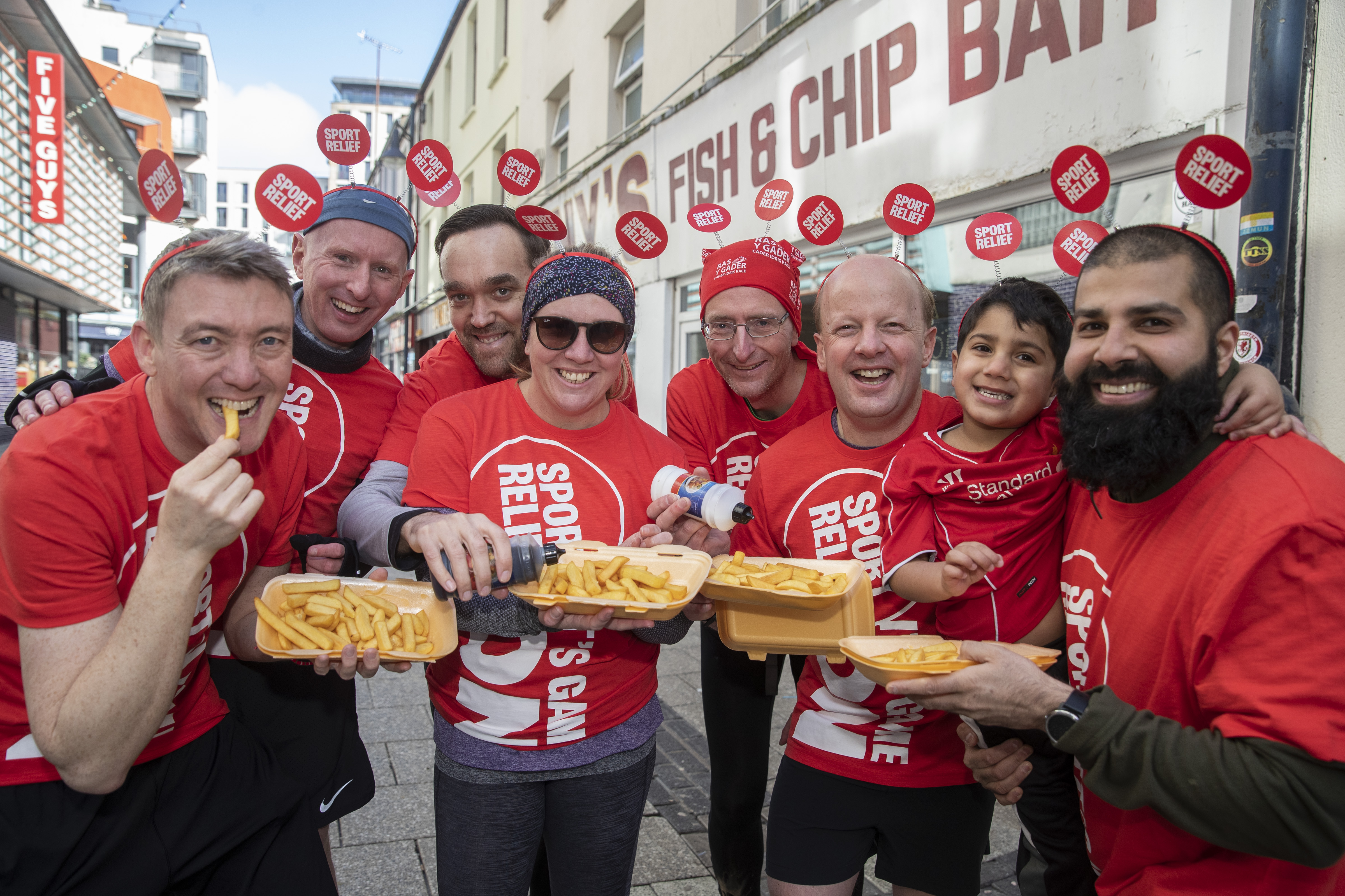 PIC (C) HUW JOHN, CARDIFFMANDATORY BYLINE : HUW JOHN, CARDIFF - 08/03/2020  Runners relay on Chippy Alley Cardiff for Sport Relief